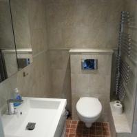 Badrum. Renoverades 2013. Har bl a en behaglig Hans-Grohe Raindance takdusch, handdukstork, fläkt och även en ljudisolerad badrumsdörr.
