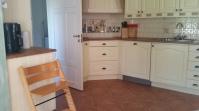 Komplett utrustat kök. Spis med kermisk häll, ugn, micro, kyl- och frysskåp, diskmaskin 14 kuvert, komplett köksutrustning, kaffebryggare, kapselmasking för expresso. Dörren i bildens vänstra sida leder in i Tvättstuga med tvättmaskin och all städutrustning.