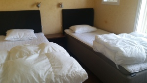 """Sovrum. """"Nybygget"""" sovrum med två enkelsängar (som kan ställas ihop om så önskas). Dessa sängar är s.k. trippelfjädrande och mycket bekväma, inköpta 2015 En vanlig garderob finns i rummet."""