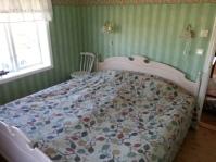 """Sovrum. """"Undantaget"""" Dubbelsäng 180 cm.Två st infällda garderober. Detta rum var förr i tiden det rum som farmor och farfar (alternativt mormor och morfar) hade i huset."""