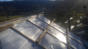 Taket är helisolerat och väl sörjt för ventilation. Här detalj på armerad plast täckta av ströläkt och skruvreglar